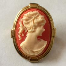 Vintage caved oval shape cameo set in oval gold plated frame brooch / pin, no hallmarks