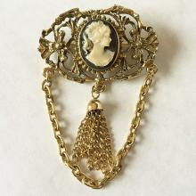 Vintage caved oval shape cameo set in gold plated frame with chains brooch / pin, no hallmarks