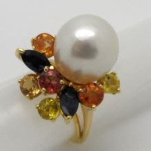 18K Y/GOLD 12 MM PEARL AND MULTICOLOR SAPPHIRE RING - 8.7 GR - SZ 4 3/4