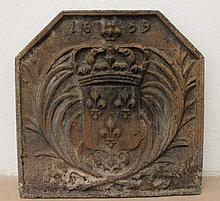 Plaque de cheminée en fonte, à décor d'armoirie pr