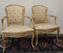 Paire de fauteuils cabriolets style Louis XV, montants laqués blanc, piétement cambré, garniture de