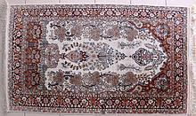 Tapis à décor floral sur fond beige, laine et soie, 93 x 155 cm