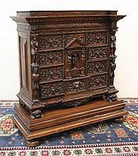 Cabinet style Renaissance richement sculpté, ouvrant à neuf tiroirs et un vantail, à décor de rincea