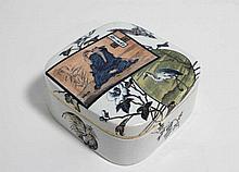 LUNEVILLE : Bonbonnière carrée en faïence polychrome, décor Ecrans japonisant, 14 x 14 x H. 5.5 cm