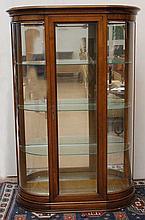 Vitrine électrifiée en merisier ouvrant à une porte, découvrant trois tablettes et un fond miroir, 1