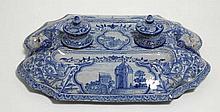NEVERS Montagnon : Encrier en faïence à décor bleu et blanc de châteaux dans des cartouches, 36 x 27