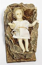 L'enfant Jésus dans son berceau de paille, sujet en cire, travail anglais?, 19e siècle, L. 17 cm (pe