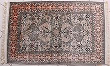 Tapis à décor de fleurs sur fond beige, laine et soie, 80 x 120 cm