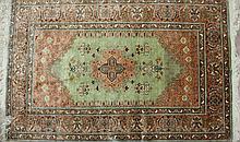 Tapis Grun Ausseide, soie et fil d'or, 135 x 86 cm