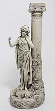 ROYAL DUX : Femme drapée près dune colone ionique, sujet en porcelaine, H. 37 cm