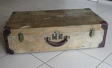 HERMES Paris : Valise de voyage gainée de parchemin ivoire, renforts de cuir brun cloutés, intérieur en toile beige agrémenté de deux sangles en cuir, signée sur les fermoirs, 80 x 22 x 45 cm (en l'état)