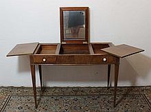 Coiffeuse circa 1925-1930 en placage de bois exotique, ouvrant à un abattant central découvrant un miroir et deux abattants latéraux coulissants, deux tiroirs en ceinture agrémentés de poignées en ivoire, piétement gaine, 100 x 53 x H. 72 cm