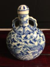 Blue and white moonflask form porcelain snuff bottle