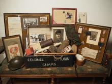 Malle et souvenirs militaires du Colonel Simonin (insignes, décorations, photos, matériel divers, accessoires de tenues, casque de char, livret, etc).