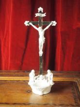 Bénitier en porcelaine orné d'un crucifix.    Vieux Bruxelles.