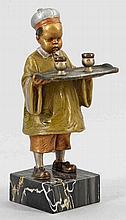 Chinesischer Knabe beim Servieren des Tees