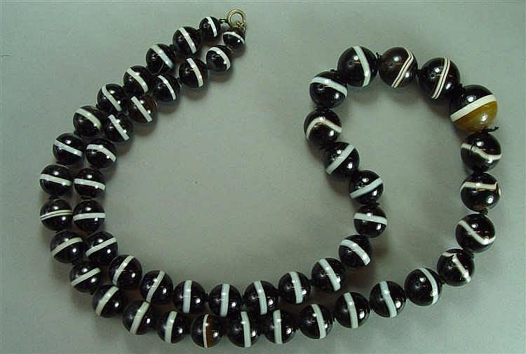 Collier de perles de pierres dures Longueur : 90 cm