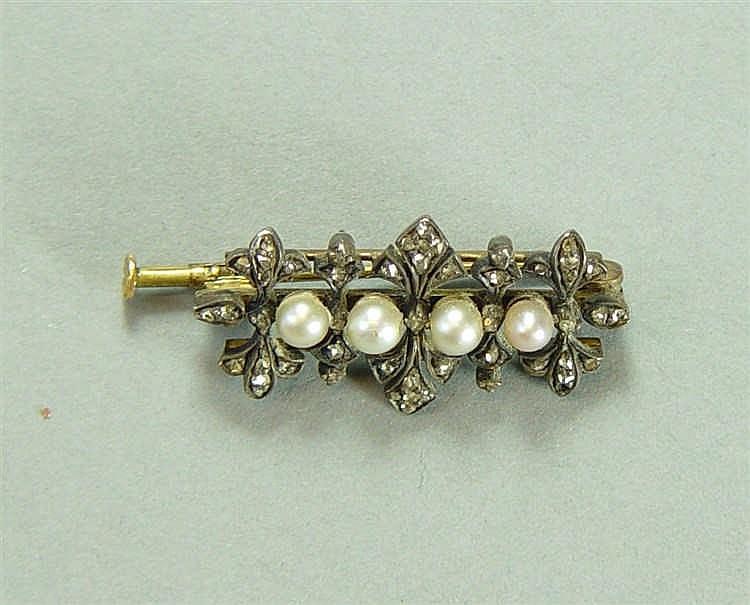 Broche, monture en or jaune et argent, sertie de 4 perles Poids : 5 g