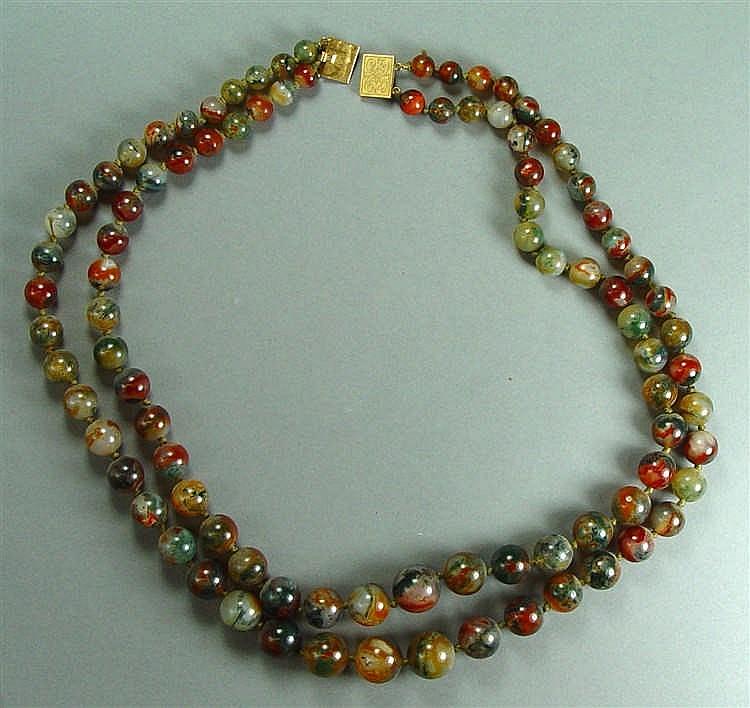 Collier deux rangs de perles de pierres dures Fermoir en or jaune