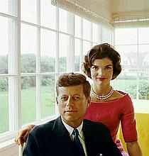 MARK SHAW: JACQUELINE AND JOHN F KENNEDY AT HYANNIS PORT 1959.
