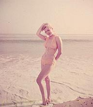 MARILYN MONROE POSING ON THE BEACH.
