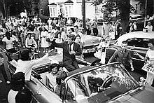 JOHN AND JACQUELINE KENNEDY CAMPAIGNING 1960. BILL RAY SIGNED SILVER GELATIN PRINT.