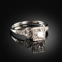 A 14K WHITE GOLD AND DIAMOND ENGAGEMENT RING,