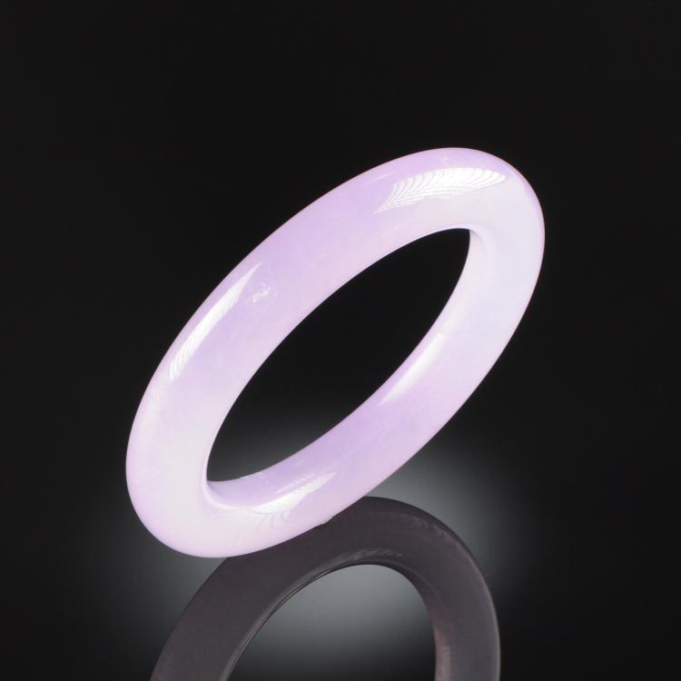 A CHINESE CARVED LAVENDER JADE BANGLE BRACELET, MODERN,