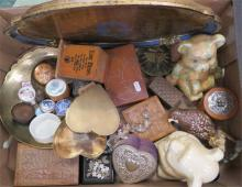 A quantity of miscellaneous trinket boxes and other sundries.