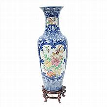VASE IN CHINESE PORCELAIN FLOWER DECORATED WOOD STAND