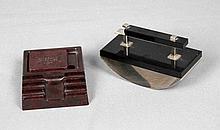Lote formado por dos piezas de escritorio, soporte para plumas en celuloide y secante en forma de media luna en cristal negro.