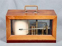 Hand-operated barograph, from the 19th Century. Dimensions: 16x28x14 cm.