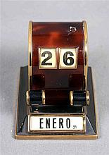 Bakelite and gold-plated small table calendar. Dimensions: 8x9x7 cm.  P