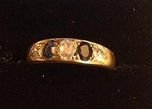 A LADIES EARLY 20TH CENTURY 18CT GOLD, DIAMOND AND SAPPHIRE RING.