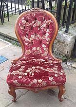 A VICTORIAN MAHOGANY FRAMED AND BUTTON BACK UPHOLSTERED SPOON BACK NURSING CHAIR.