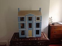 A 20TH CENTURY CHILD'S WOODEN DOLLS HOUSE