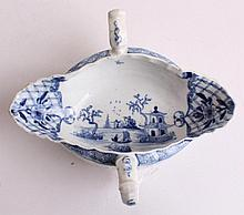 AN 18TH CENTURY WORCESTER PORCELAIN DOUBLE LIPPED TWIN HANDLED SAUCE BOAT