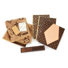 LOUIS VUITTON Un lot comprenant: Une boite à encens de voyage Louis Vuitton Deux petits carnets et deux pochettes Louis Vuitton U...
