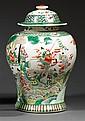 JARRE COUVERTE en porcelaine blanche et émaux polychromes dans le style de la famille verte, à base étroite, panse ovoïde et petit c...