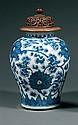JARRE en porcelaine et bleu de cobalt sous couverte, à haute épaule renflée et large col court, à décor tapissant de rinceaux et fle...