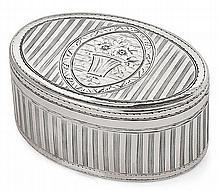 BOITE de forme ovale, en argent, ciselée sur le couvercle, de filets alternés de bandes unies, centré d'un panier fleuri dans un ova...