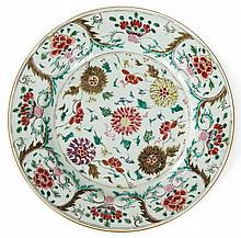 A Qianlong porcelain dish, China, 18th century. DIAM. 31,5 cm DIAM. 12 7/16 IN.