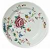 A Qianlong porcelain dish, China, 18th century. DIAM. 35 cm DIAM. 13 3/4 IN.