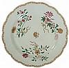 A Qianlong porcelain dish, China, 18th century. DIAM. 35 cm DIAM. 13 3/4 IN.RRModèle du deuxième service du roi Dom José 1er du Por