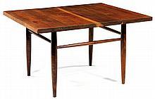 George NAKASHIMA (1905-1990) Table basse, 1970, en noyer d'Amérique, piétement quadripode fuselé, réuni par une haute entretoise éga...