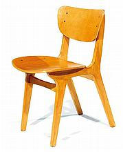 ANNÉES 1950 A wood and plywood organic chair. Height. 23 7-8 in. - Width. 13 3-8 in. - Depth. 16 1-2 in.