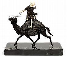 ÉCOLE ORIENTALISTE (XXesiècle) LE MÉHARISTE THE CAMEL DRIVER Épreuve en bronze à patine sombre et ivoirine représentant un méharist...