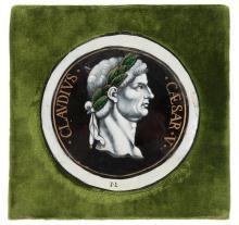 MÉDAILLON CIRCULAIRE en émail peint sur cuivre en grisaille rehaussée de vert et or figurant un profil de l'empereur Claude. Limoges ve