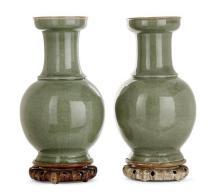 CHINE Paire de vases de forme balustre à fond céladon. XIXesiècle. Pair of baluster vases. China