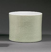 GRAND POT À PINCEAUX en porcelaine, couvertes monochrome céladon pâle et blanche, de forme cylindrique, à décor incisé, sur la paroi...